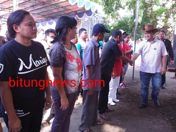 Calon Wakil Walikota Mario Karundeng menyalami tim relawan PAKAR