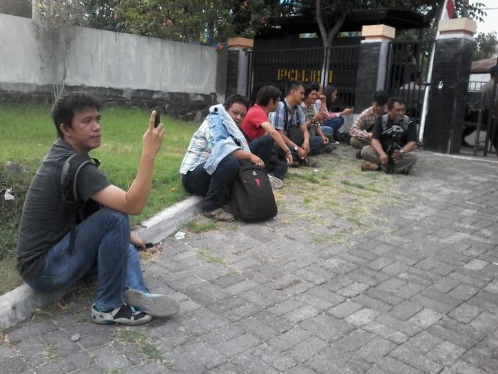 Wartawan dengan setia menunggu hasil Pleno KPU