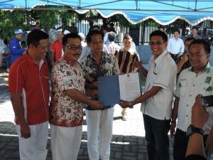 Ketua DPC PKB Bitung, Tony Yunus, Serahkan SK Calon Walikota dan Wakil Walikota kepada Hengky Honandar dan Fabian Kaloh
