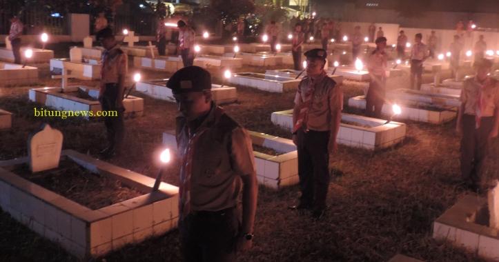 Para pelajar nyalakan obor, di taman makam pahlawan Bitung
