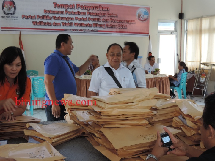 Calon Wakil Walikota Petrus Singale membawa berkas perbaikan ke KPU Bitung