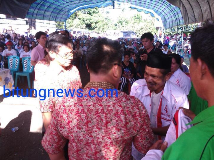 Pengurus dan kader PAN menggunakan baju tim pemenangan calon Walikota dan Wakil Walikota Hengky Honandar-Fabian Kaloh