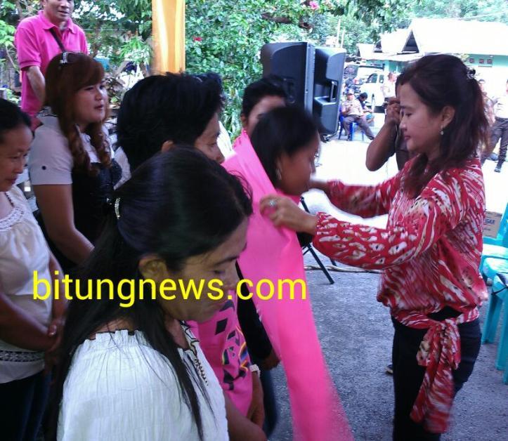 Calon Walikota Linna Utiarachman kalungkan slayer kepada tim pemenangan pasangan Nomor Urut 5