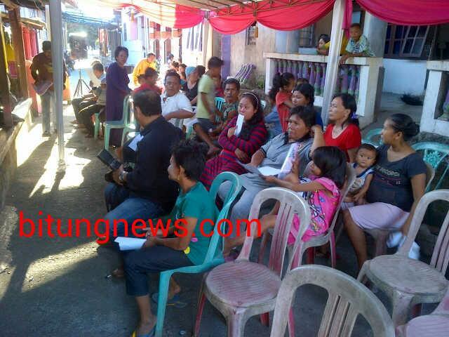 Massa pendukung pasangan calon walikota-wakil walikota Linna Utiarachman-Petrus Singale di Kelurahan Winenet I
