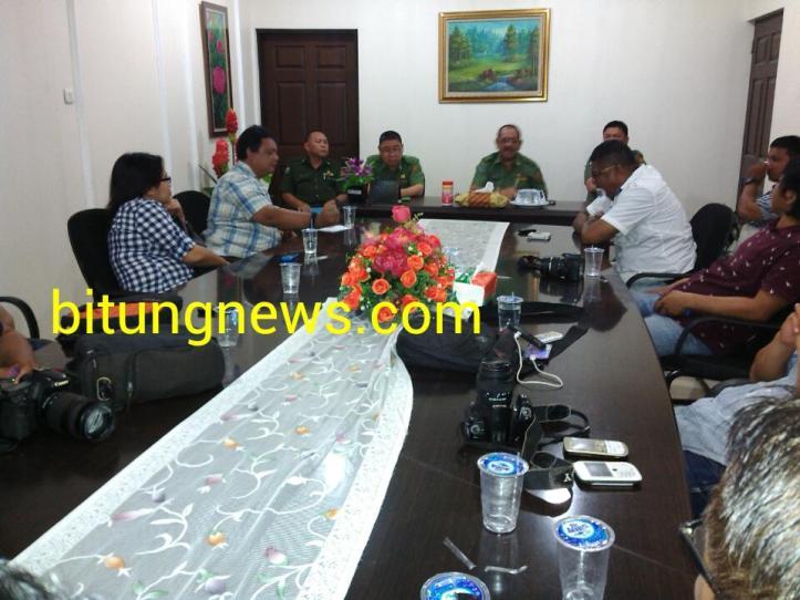 Jumpa pers Sekda Bitung, Edison Humiang, terkait pelantikan pejabat dan insiden pemukulan
