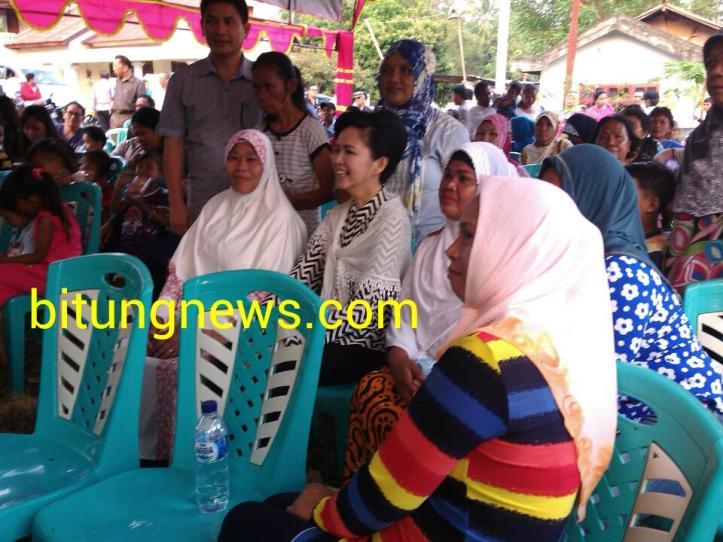 Calon Walikota dan Wakil Walikota Aryanthi Baramuli-Santy Luntungan di tengah para pendukung di Kampung Kolombo