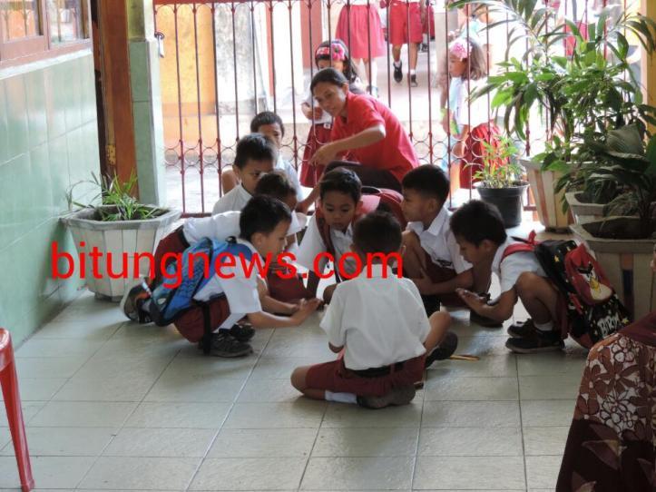Siswa bermain di teras kelas