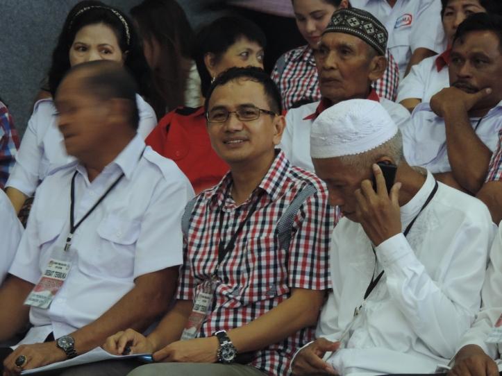 Sekretaris DPC Partai Nasdem kota Bitung, Ramlan Ifran (baju kotak-kotak)