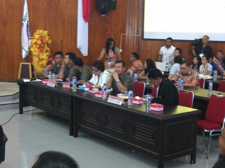 Komisioner KPU dan Panwaslu saay debat publik