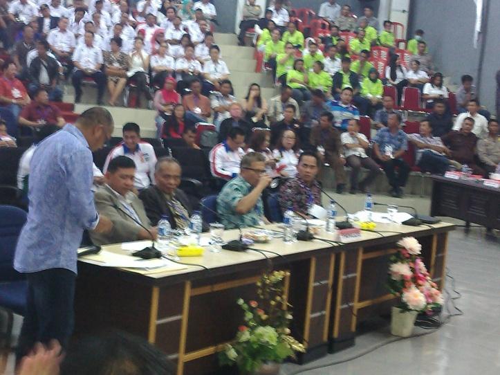 Ketua Prodi Manajemen Pendidikan S3, UNIMA, Prof. Dr. JF senduk (tengah)