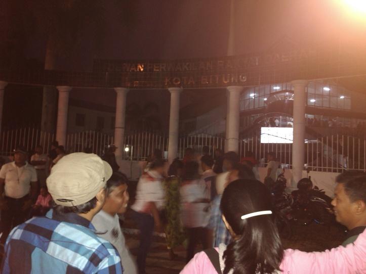 PPL dan ratusan orang kecewa, tak dapat masuk halaman kantor DPRD saat debat publik