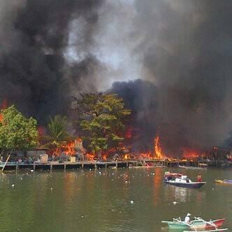 Kebakaran di kompleks permukiman padat penduduk di Kelurahan Calaca/ foto netizen: Alva Musak