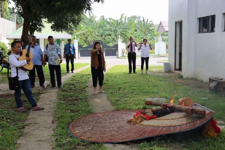 Reog dan Hiasan gamelan dibakar di KJRI Davao pada 20 Oktober 2015
