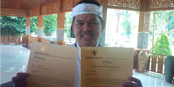 Bupati Purwakarta, Dedi Mulyadi, tunjukkan Surat Edaran perlindungan kebebasan beragama minoritas. (photo: Abdul Mu'it/jabarnews.com