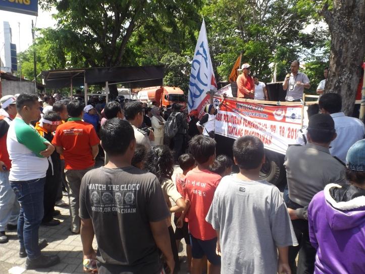 Buruh demo kantor PLN Bitung, karena pemadaman 5-6 jam per hari, Jumat, 27/11/2015