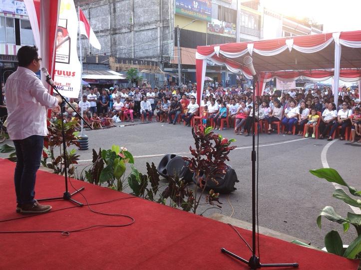 Peringatan Hari Pahlawan, pasangan Calon Walikota dan Wakil Walikota Michael Jacobus-Paulus Kumentas di Pusat pertokoan kota Bitung