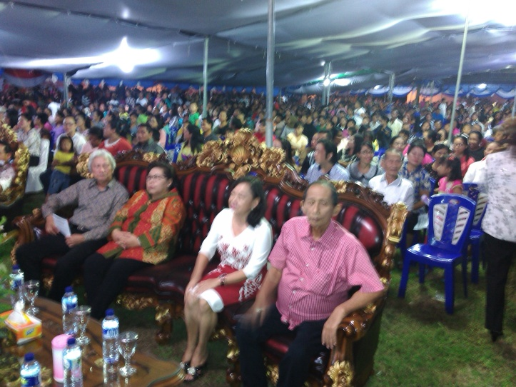 Walikota Bitung, Hanny Sondakh di tengah-tengah karyawan dan eks-karyawan Sari Grup
