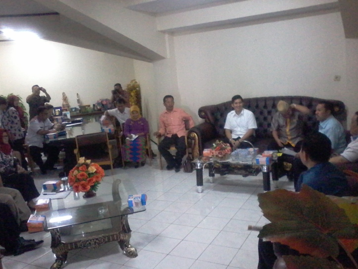 Anggota DPRD Bitung, Habriyanto Ahmad, memberi penjelasan kepada 20 anggota Pansus Ranperda Miras DPRD Provinsi Gorontalo