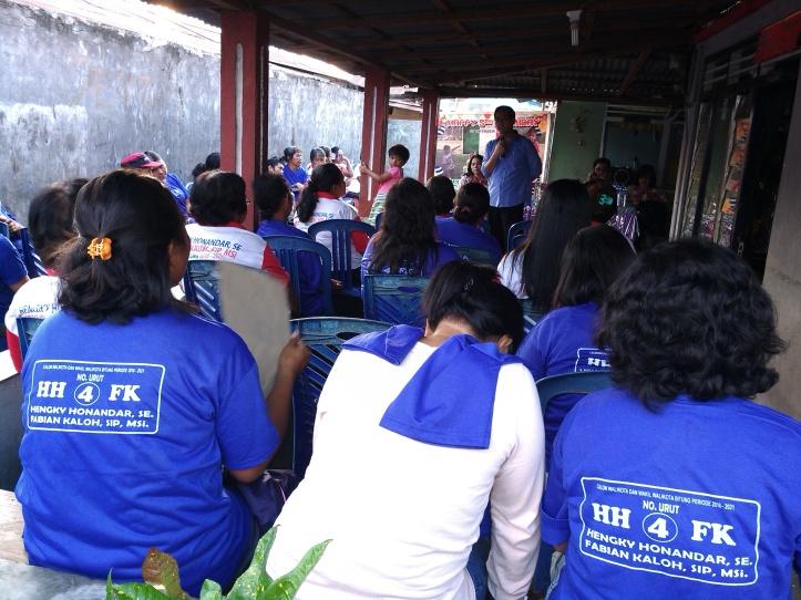 Kandidat Calon Walikota, Hengky Honandar berdialog dengan warga Kelurahan Madidir Ure