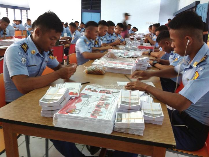 Taruna/ Mahasiswa Politeknik Kelautan dan Perikanan, melakukan pelipatan kertas suara, 1 kertas suara dibayar Rp 25,-