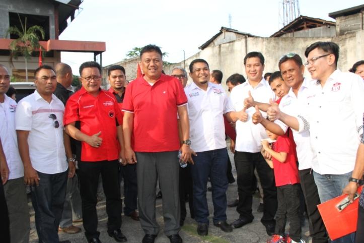 Ketua DPW PDI-Perjuangan Sulawesi Utara, Olly Dondokambey di tengah para kadernya