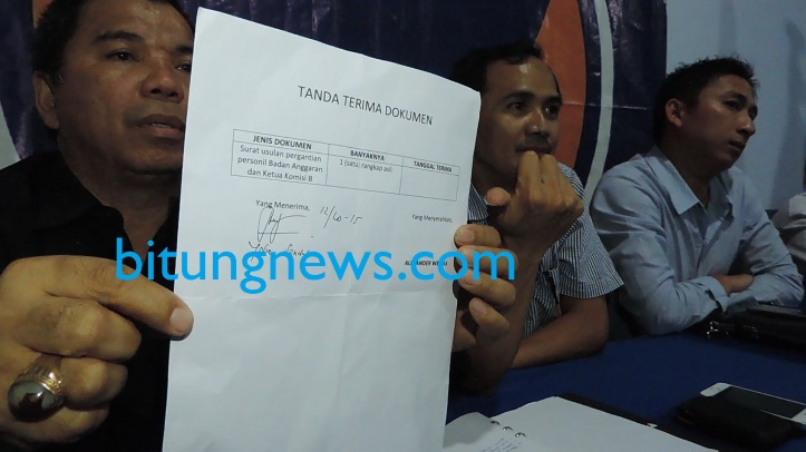 Wakil Ketua DPD Partai Nasdem Kota Bitung, Alexander Wenas, tunjukkan surat usulan pergantian anggota Badan Anggaran dan Ketua Komisi B
