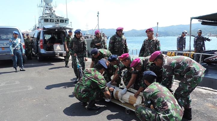 Tim Medis RSAL berikan tindakan pertolongan darurat kepada korban kapal tenggelam.