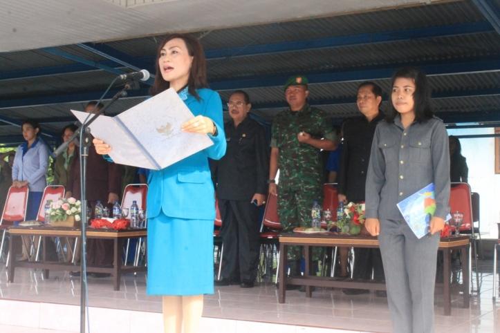 Inspektur Upacara Hari Ibu Pemda Kota Bitung, Khouni Lomban Rawung (photo: Humas)