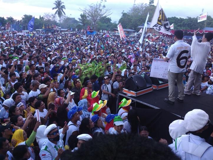 Aryanthi Baramuli dan Santy Luntungan berorasi di hadapan massa pendukungnya di Lapangan Inkuasku, Kamis, 3/12/2015