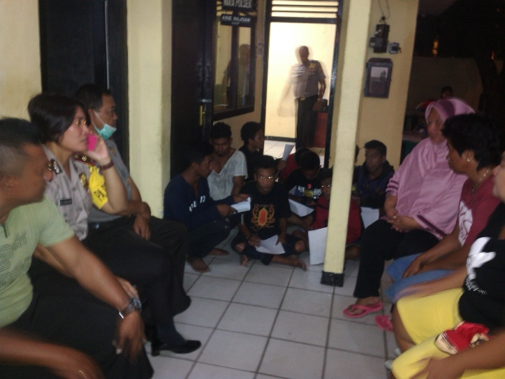 Kapolsek Maesa, Kompol Delli Manulang, beri pembinaan kepada orang tua dan para ABG yang ganggu Kamtibmas