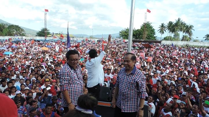 Puluhan ribu orang pendukung dan simpatisan Max Lomban-Maurits Mantiri padati Stadion Dua Saudara, Selasa 1/12/2015