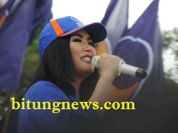 Super Diva Titi DJ hibur massa kandidat Walikota dan Wakil Walikota Max Lomban-Maurits Mantiri