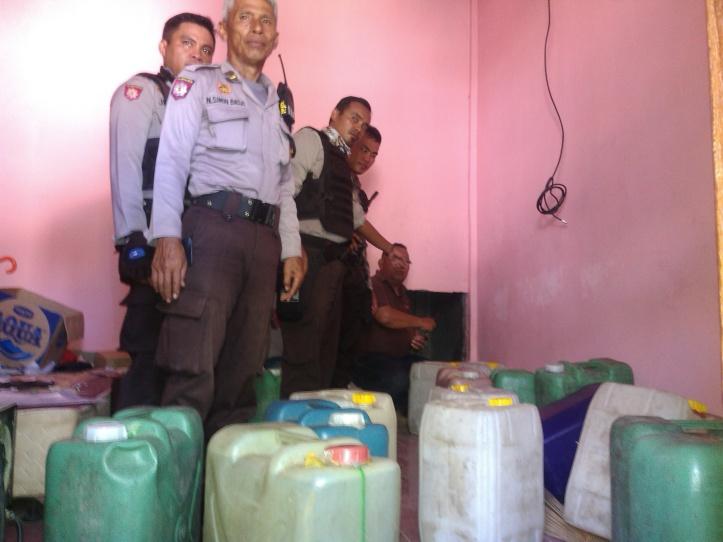 Polisi sergap ruang rahasia bandar miras Cap Tikus DT, di Kelurahan Pateten Dua