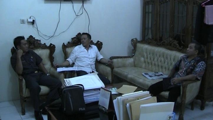 Ketua Fraksi Partai Nasdem, Alexander Wenas,  memasukkan berkas PAW Anthonius Supit ke KPU Kota Bitung