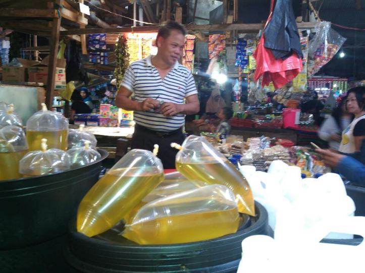 Para pedagang menentang larangan menjual minyak goreng curah