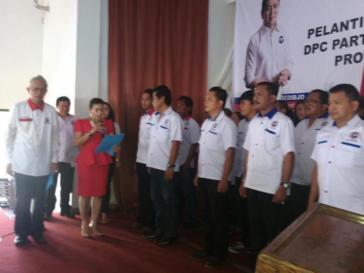 Ketua DPD Perindo Bitung, Dameria Hutagaol, dan Ketua DPW Sulut, Piet Luntungan, lantik 8 DPC Kecamatan se-Kota Bitung