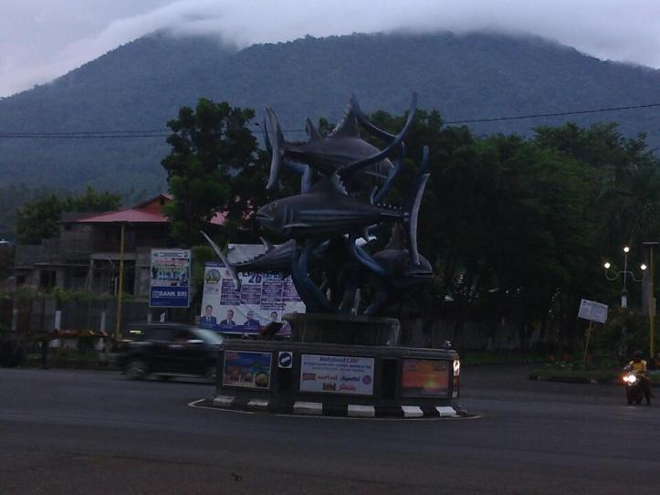 Patung Ikan Cakalang, Ikon Kota Bitung, rencananya akan ditutup dengan kain hitam, sebagai simbol matinya industri perikanan Bitung.