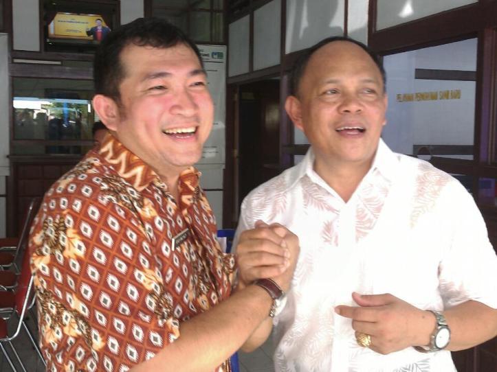 Mantan Dirut PDAM berjabat tangan dengan Dirut PDAM baru, Raymond Luntungan