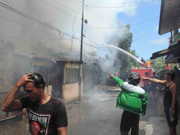 Tim Pemadam Kebakaran dari BPBD, PT Pelindo dan PT Pertamina, berjibaku jinakkan Si Jago Merah