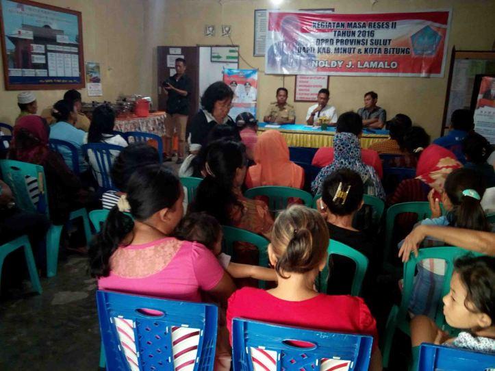 Puluhan orang warga Kelurahan Kakenturan II, antusias mengikuti Reses anggota DPRD Sulut, Noldy Lamalo, Senin 22/8/2016