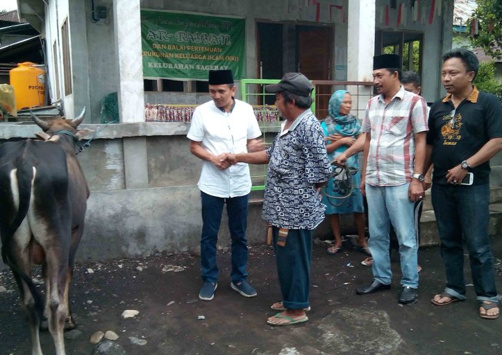 Ketua PHBI, H. Ramlan Ifran serahkan hewan kurban di Taman Pengajian Ar-Rayyan, Kelurahan Sagerat