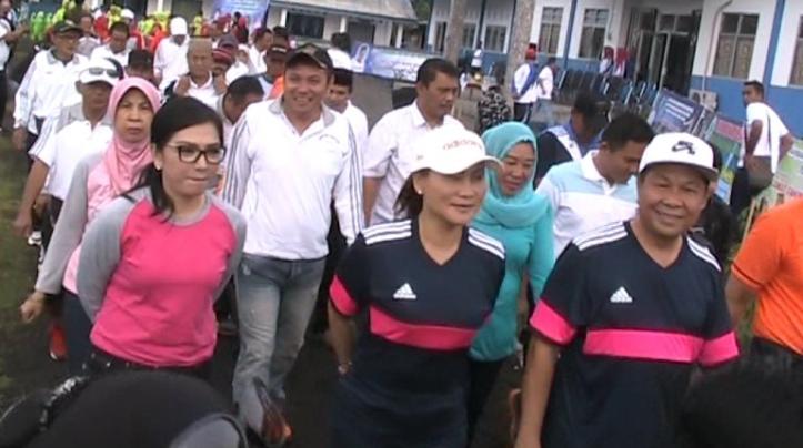 Walikota Bitung Max Lomban dan Ibu Khouni Lomban Rawung, ikuti Jalan Sehat Muharam, sebagai bentuk kerukunan antar umat beragama.