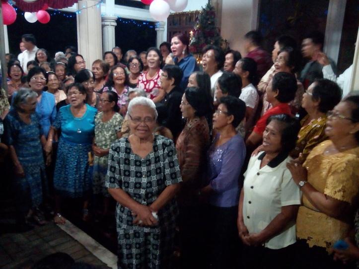 VAP di antara para Lansia yang hadir dalam ibadah pra Natal DPC Partai Gerindra Bitung