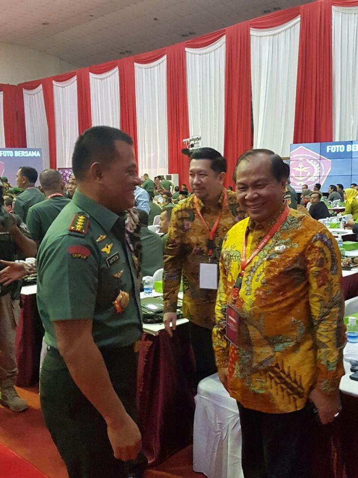 Walikota Bitung Max Lomban mendapatkan ucapan terima kasih dari Panglima TNI Jenderal Gatot Nurmantyo, atas keberhasilan TMMD ke 37 tahun 2016, di Gedung Ahmad Yani Mabes TNI, Cilangkap, Jakarta Timur, pada Jumat (20/1/2017)