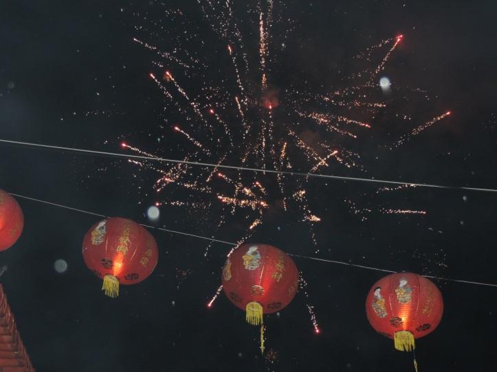 Pesta kembang api warnai perayaan imlek 2568, di halaman Klenteng Seng Bo Kiong
